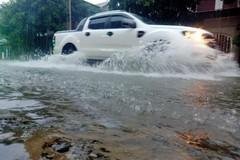 Mưa lớn, nhiều tuyến đường ở TP Hà Tĩnh ngập sâu