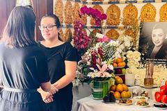 Con gái Phi Nhung mệt mỏi, mắt sưng húp túc trực bên bàn thờ mẹ