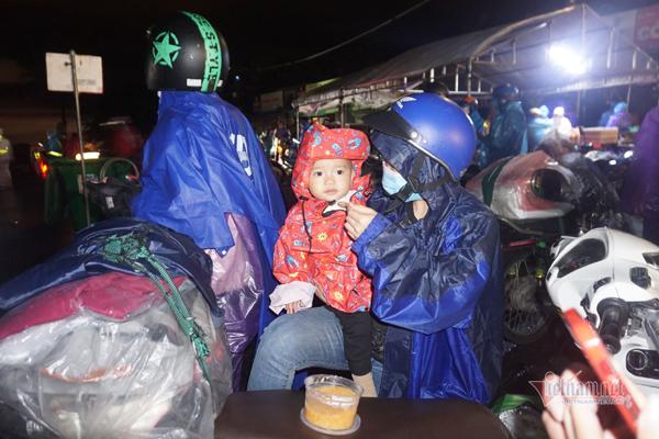 Người dân ùn ùn đội mưa đi xe máy về quê, Chủ tịch Đà Nẵng chỉ đạo khẩn