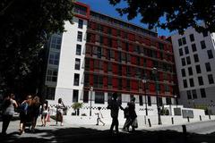 Tây Ban Nha hỗ trợ mỗi người trên 18 tuổi 250 Euro để tiêu xài