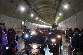 """Quyết định """"phút 89"""" mở hầm Hải Vân, ngàn người đỡ cảnh xuyên mưa"""