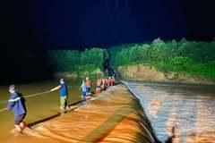 Cảnh sát Quảng Trị 'dàn trận' cứu dân vượt dòng lũ chảy xiết