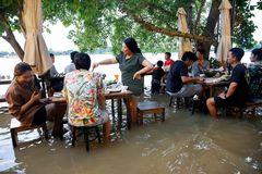 Nhà hàng phục vụ thực khách giữa dòng nước lũ