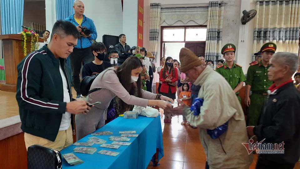 Đoàn ca sĩ Thủy Tiên phát tiền tại Quảng Trị năm 2020.