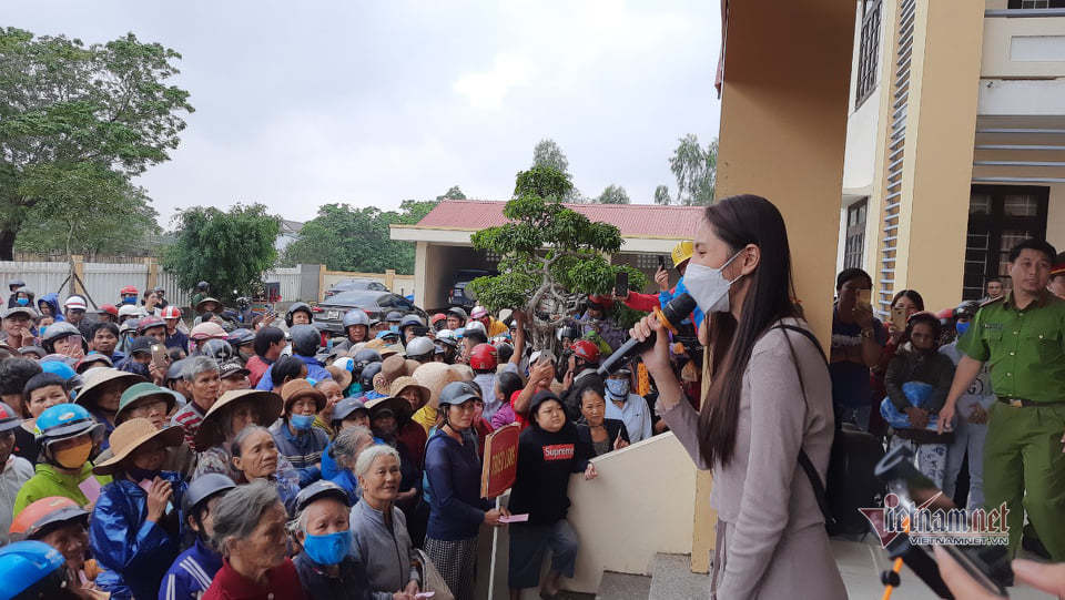 Nữ ca sĩ trò chuyện với bà con trước khi hỗ trợ tiền mặt.