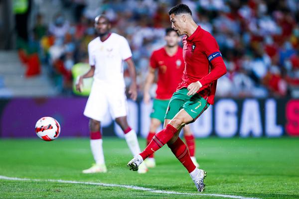 Ronaldo 'nổ súng', Bồ Đào Nha vùi dập Qatar