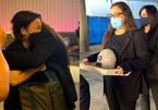 Con gái Phi Nhung ôm chặt Việt Hương, nhận tro cốt của mẹ ở sân bay Mỹ