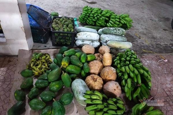 Người dân trên địa bàn gom góp nông sản để bếp cơm thiện nguyện luôn đỏ lửa.