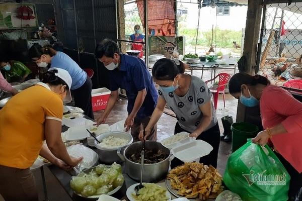 Mọi người cùng nhau chia khẩu phần thức ăn cho từng suất cơm.