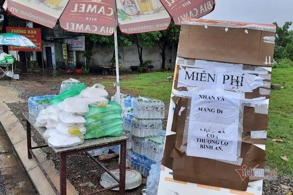 Những suất cơm, nước uống được chuẩn bị sẵn bên đường.