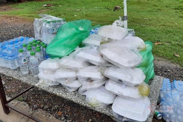 Nhiều điểm cơm miễn phí được chuẩn bị sẵn bên đường.
