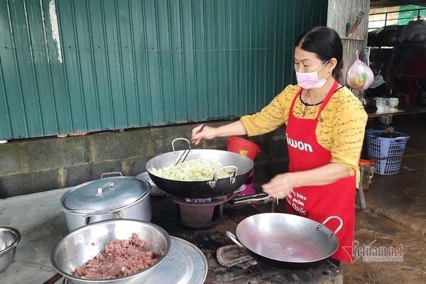 Nghìn suất cơm được chuẩn bị sẵn ở Quảng Trị.