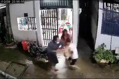 Clip: Người dân vây bắt kẻ giết 2 mạng người ở TP.HCM