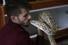 Chàng thanh niên 20 tuổi kiếm bộn tiền từ việc nuôi trăn, rắn 'khủng'