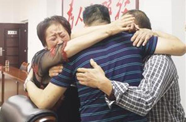 Con trai ôm bố mẹ khóc nức nở sau 41 năm bị người ăn xin bắt cóc