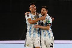 Messi che mờ Suarez và Cavani, Argentina đè bẹp Uruguay