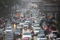 Hà Nội hứng mưa lạnh, nghìn ô tô dàn hàng kín đường