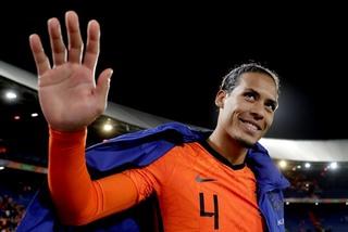 Van Dijk châm ngòi, Hà Lan thắng bằng set tennis