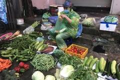Giá rau xanh tăng mạnh, người mua sững sờ