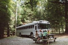 Lớp học du mục trên xe bus của 5 đứa trẻ