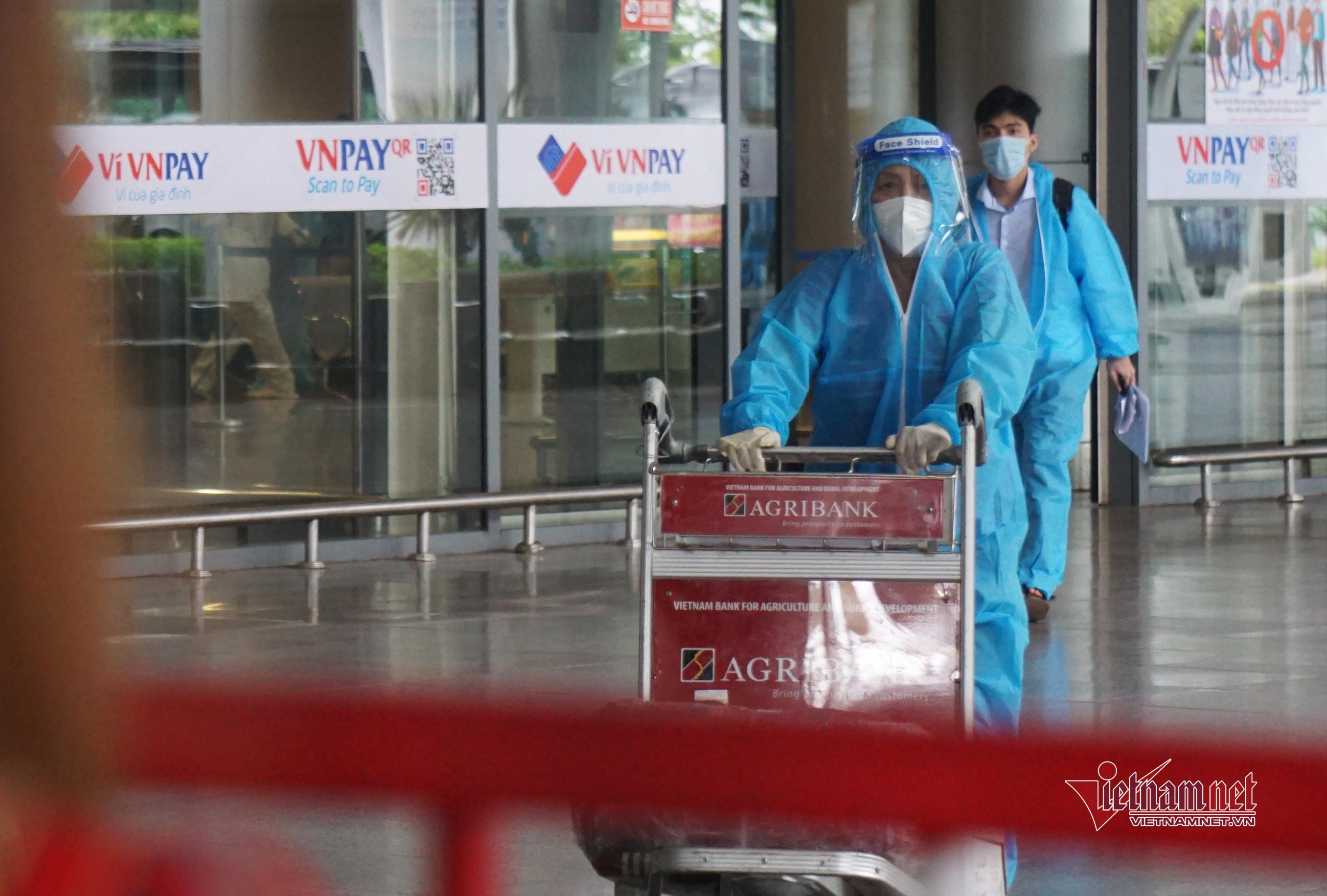Lặng lẽ đến sân bay nhận tro cốt em gái mất vì Covid-19