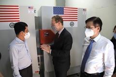 Mỹ bàn giao tủ lạnh âm cho Việt Nam, viện trợ tiếp 400.000 liều vắc xin