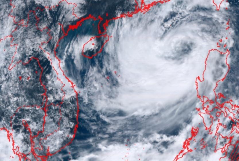 Bão số 8 với khối mây đậm đặc đang trên Biển Đông hướng vào đất liền nước ta. Ảnh: Hmawari.