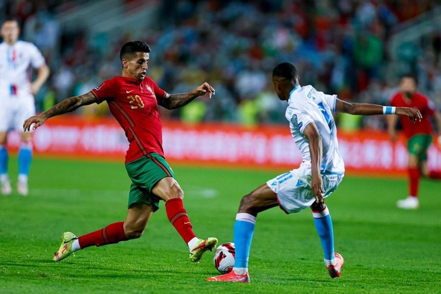 Ronaldo lập kỷ lục, Bồ Đào Nha thắng bàn tay nhỏ
