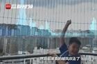 Bão Kompasu cuốn bay vở bài tập của cậu học sinh gây 'bão mạng'