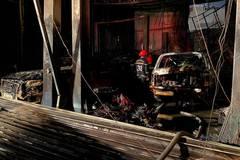 Cháy lớn thiêu rụi 3 ô tô ở gara quận 7, cảnh sát tông sập cửa dập lửa