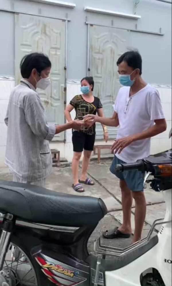 Ông lão cầm xấp tiền ra giữa hẻm ở Sài Gòn phát cho người nghèo