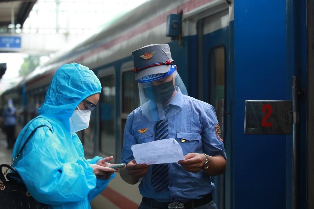 Chuyến tàu Bắc Nam rời Hà Nội, người dân háo hức về nhà