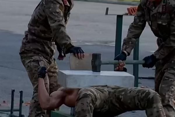 Xem binh sĩ Triều Tiên thể hiện 'mình đồng da sắt'
