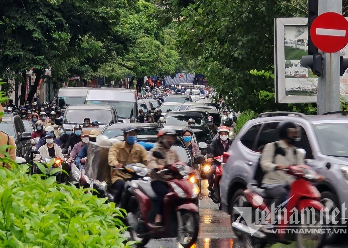 Đường phố Hà Nội nơi đông đúc, nơi thoáng đãng ngày đầu 'bình thường mới'