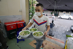 Nhân viên quán phở ở Hà Nội chạy mướt mồ hôi phục vụ khách ăn tại chỗ