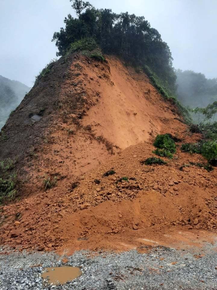 Sạt lở, nghìn khối đất đá chắn ngang đường lên cửa khẩu Cầu Treo