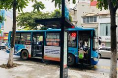 Ngày đầu Hà Nội vận tải công cộng hoạt động trở lại, ít khách đi xe
