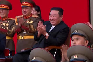 Ông Kim Jong Un uống bia cùng tướng lĩnh, xem tiêm kích nhào lộn