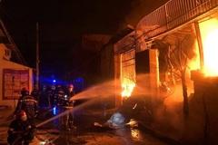 Biển lửa thiêu rụi gần 400m2 nhà xưởng ở TP.HCM