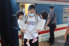 Chuyến tàu đầu tiên vào ga Sài Gòn, hàng trăm khách được về thẳng nhà