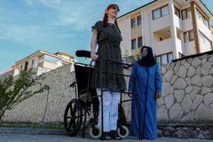Người phụ nữ cao nhất thế giới: Hoàn toàn phụ thuộc vào xe lăn