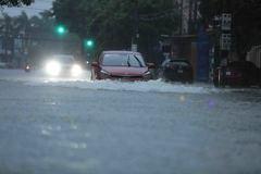 Nhiều tuyến đường ở TP Hà Tĩnh ngập sâu sau trận mưa lớn