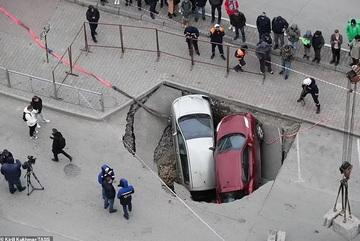 Hố nước sôi bí ẩn 'nuốt chửng' hai chiếc xe hơi