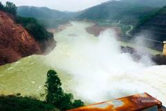 Thủy điện ở TT-Huế dừng điều tiết nước để tìm 2 vợ chồng mất tích
