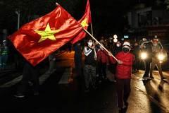 Người dân Hà Nội ra đường phất cờ giữa đêm mừng BV Việt Đức gỡ cách ly