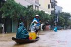 Lũ tràn nghìn ngôi nhà ở Quảng Bình, dân dùng thuyền đi lại trên phố