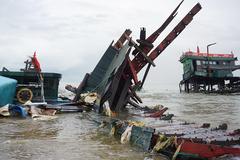 Sóng lớn đánh nát 2 tàu cá của ngư dân Đà Nẵng