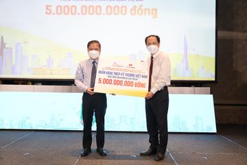 Techcombank tặng quà 5 tỷ đồng tri ân tuyến đầu chống dịch
