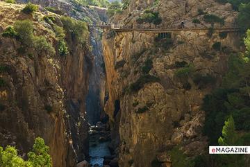 Đi bộ trên con đường 'tử thần' hơn trăm tuổi nguy hiểm nhất thế giới