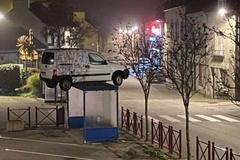 Kỳ lạ chiếc ô tô đậu lơ lửng trên nóc nhà chờ xe buýt